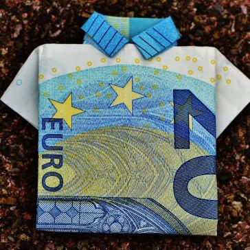 Bild eines Hemdes, gefaltet aus einem 20 Euro-Schein