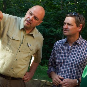 Baum mit Borkenkäferbefall / Revierleiter Lennebergwald und Christian Baldauf