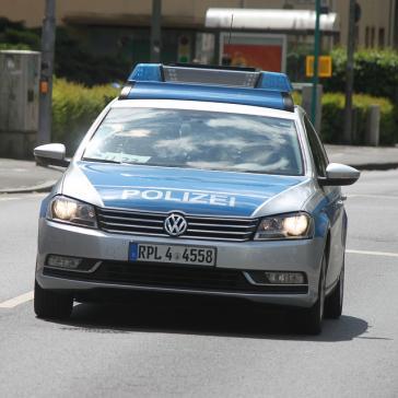 Polizeiauto mit Blaulicht auf Einsatzfahrt