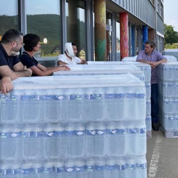 Trinkwasser und Power Banks für Flut-Opfer